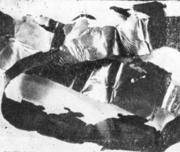 Длинная вытянутая чешуйка снятая с поверхности холоднокатаной ленты