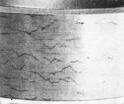 Наружная поверхность трубы с поперечными трещинами, обусловленными обезуглерожив