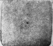 Травленый темплет непрерывнолитой заготовки; видна продольная утяжина; в центре