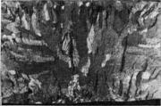 Нафталинистый излом. Узкие столбчатые кристаллы, пронизывающие отливку по всему